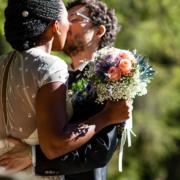 gli sposi si baciano