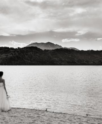foto di matrimonio con gli sposi affacciati ad un lago montano
