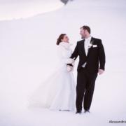 gli sposi camminano nella neve a Ra Valles