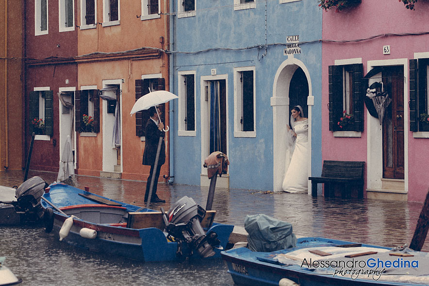 DESTINATION WEDDING PHOTOGRAPHER IN VENICE| Rainy Photo Session in Burano