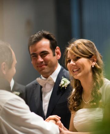 fotografia degli sposi all'altare in chiesa a Firenze
