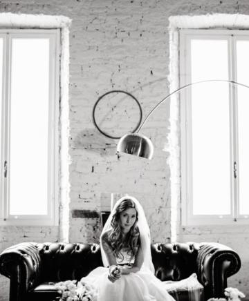 una bellissima sposa con lo sfondo di due finestre