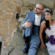 la coppia di sposi nella piazza del comune di Castelfiorentino