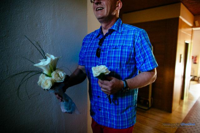 lo sposo porta i fiori
