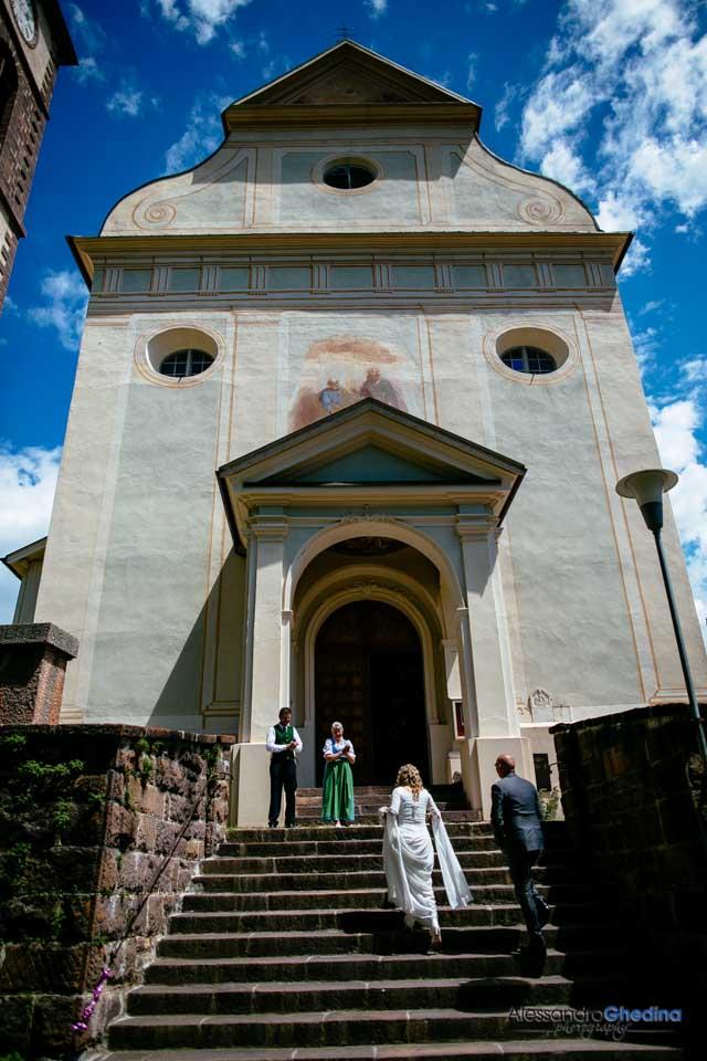 gli sposi entrano in chiesa per il matrimonio
