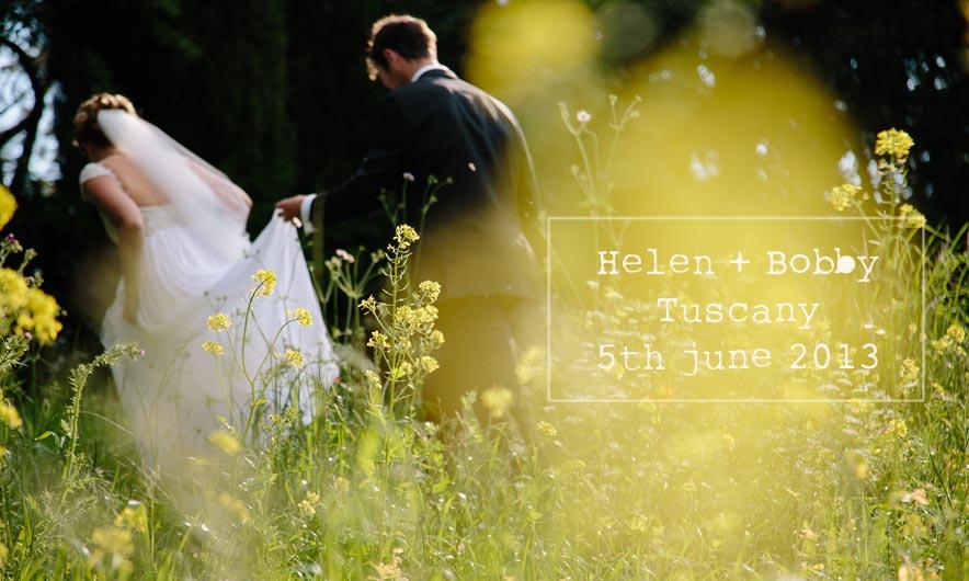 gli sposi in un bellissimo campo di colza