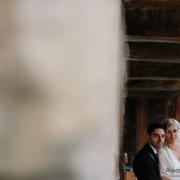 sposi ritratti in una baita di montagna