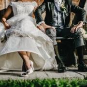 gli sposi a cortina d'ampezzo fanno vedere i calzini per una divertene fotografia di matrimonio