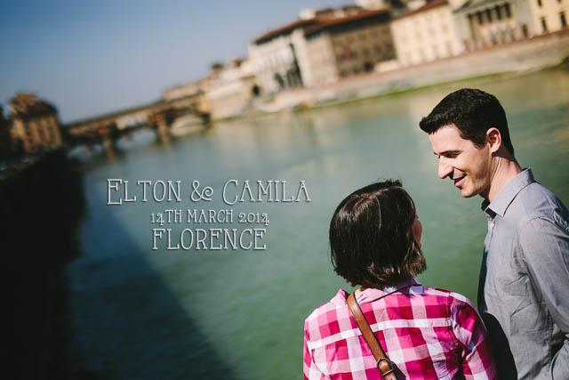 coppia al fiume arno di firenze sfondo del ponte vecchio