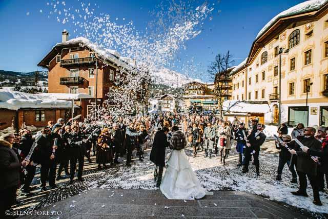 lancio del riso dopo il matrimonio a Cortina d'Ampezzo