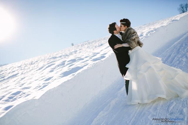 gli sposi si baciano nella neve