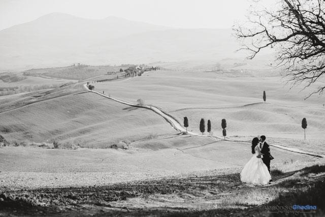 sposi in un prato vicino alla Pieve di Corsignano a Pienza