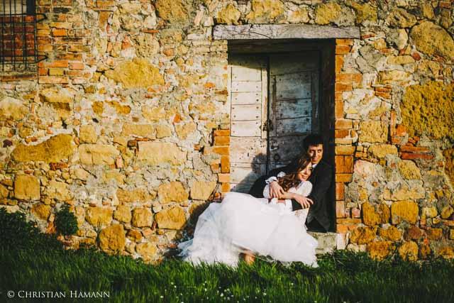 coppia di sposi in campagna della Val d'Orcia