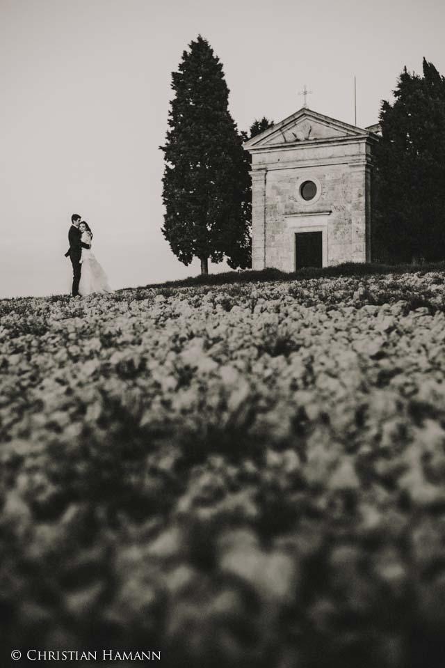 coppia di sposi alla fantastica chiesetta della Madonna di Vitaleta
