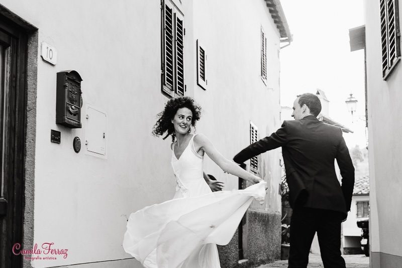 bride and groom dancing in the streets of Montegonzi