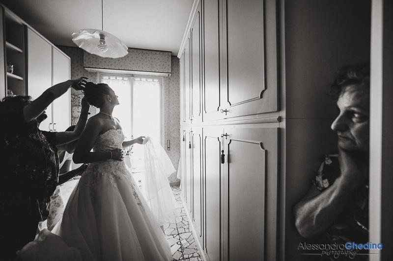 la sposa si mette il vestito