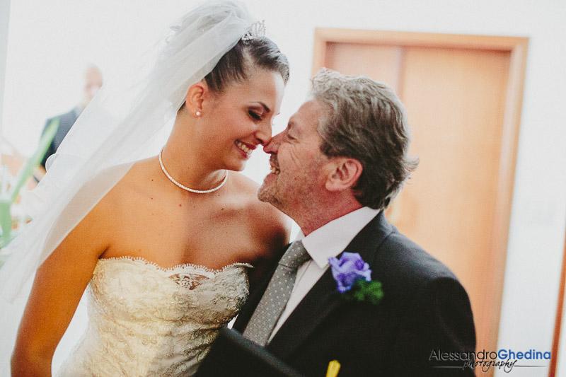 una foto veramente dolce, la sposa ed il babbo