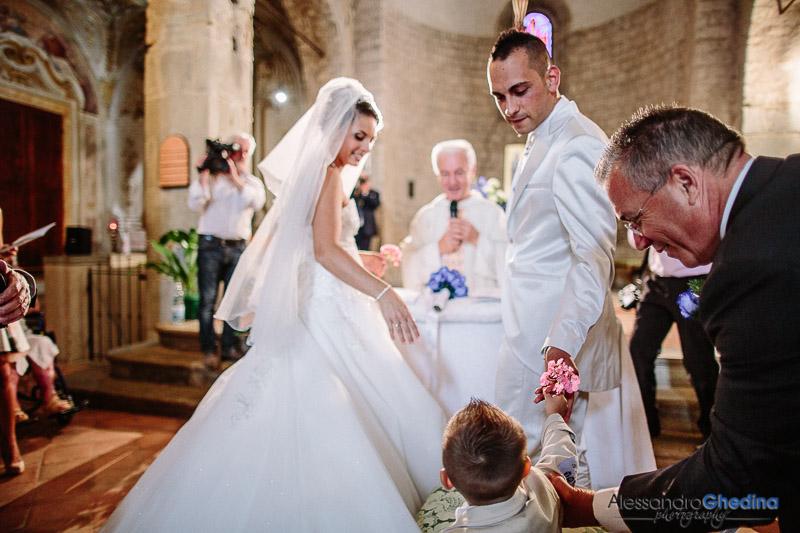 il figliolo porta gli anelli agli sposi