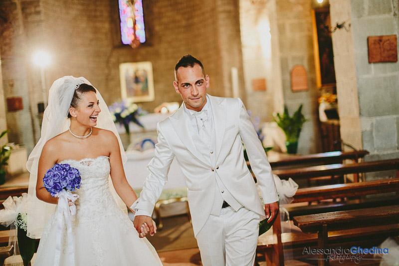 gli sposi escono dalla chiesa