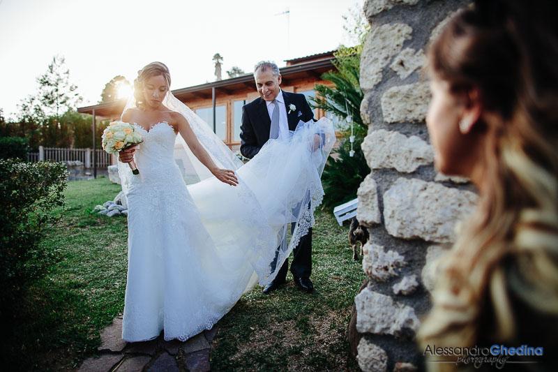 la bella sposa esce di casa