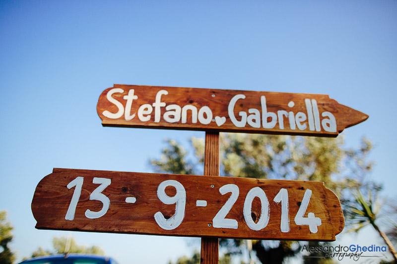 un cartello indica il luogo della cerimonia
