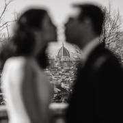 Coppia si bacia sullo sfondo del Duomo di Firenze