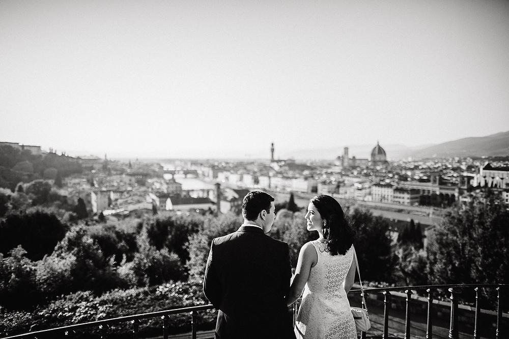 subito la proposta di matrimonio a san miniato al monte una coppia si affaccia su Firenze dal piazzale Michelangelo