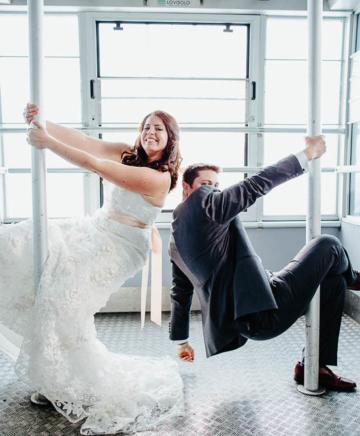 una coppia appena sposata danza la pole-dance in funivia a Cortina d'Ampezzo