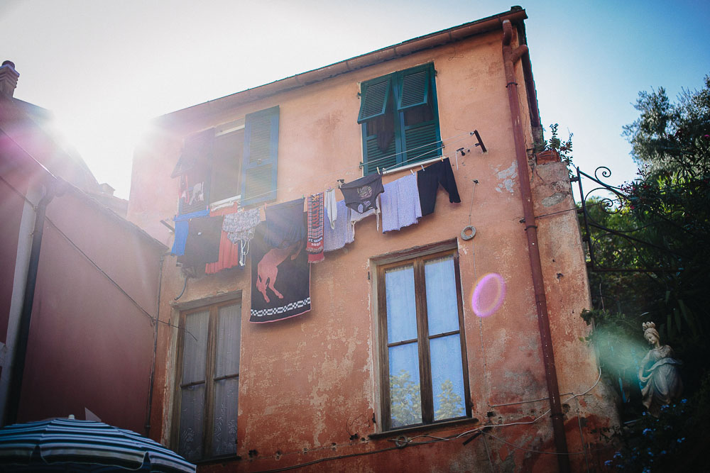 Engagement photo in Monterosso, clothes hanging for dry