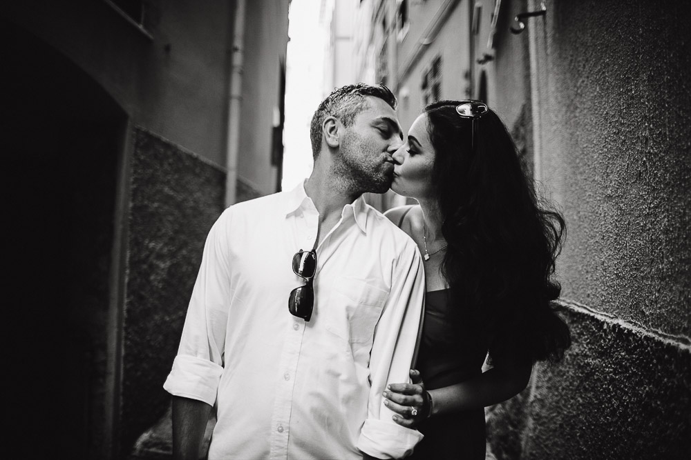 Engagement photographer cinque terre Italy, couple kissing in black and white