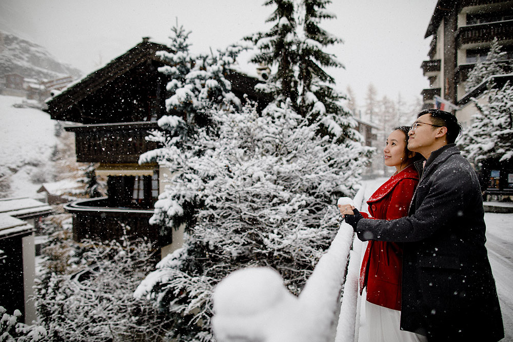 Engagement Session in the snow in Zermatt Switzerland :: Luxury wedding photography - 11