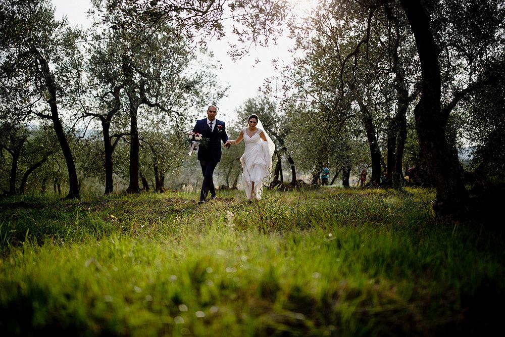 Matrimonio in Toscana ispirato alla natura con tocchi di rosso e bianco :: Luxury wedding photography - 32