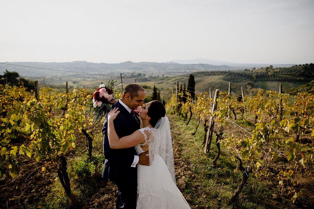 Wedding in Tuscany inspired by nature with touches of red and white