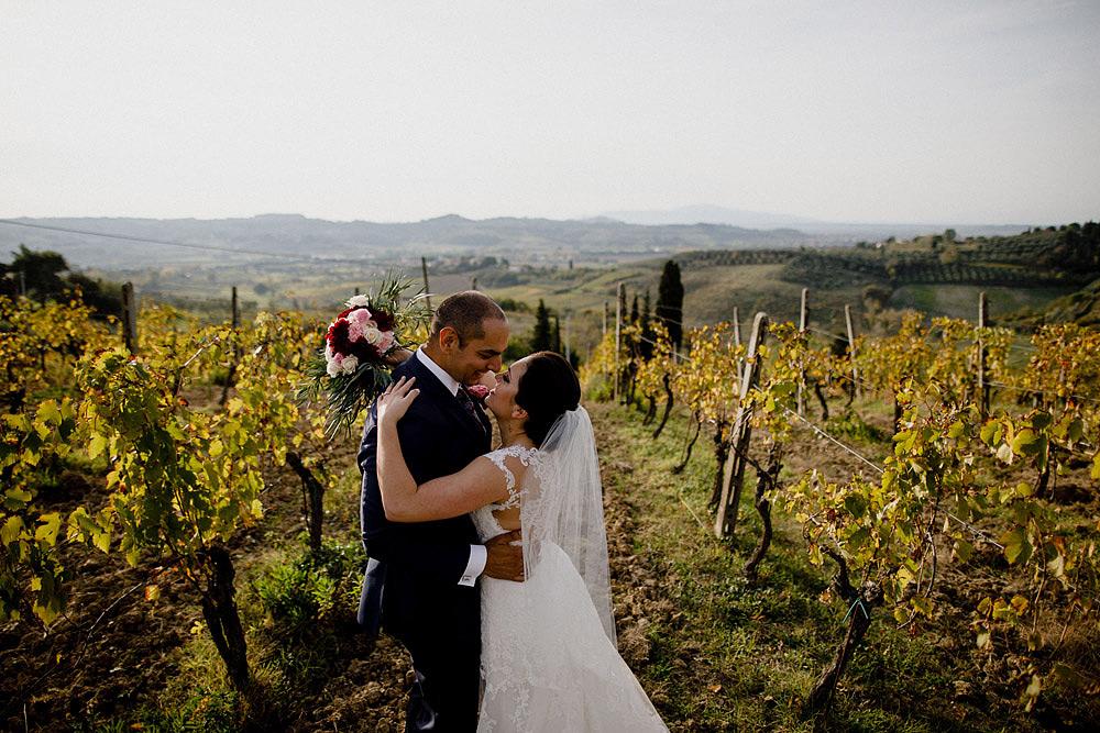 Matrimonio in Toscana ispirato alla natura con tocchi di rosso e bianco
