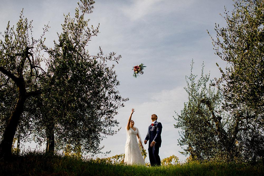 Matrimonio in Toscana ispirato alla natura con tocchi di rosso e bianco :: Luxury wedding photography - 34