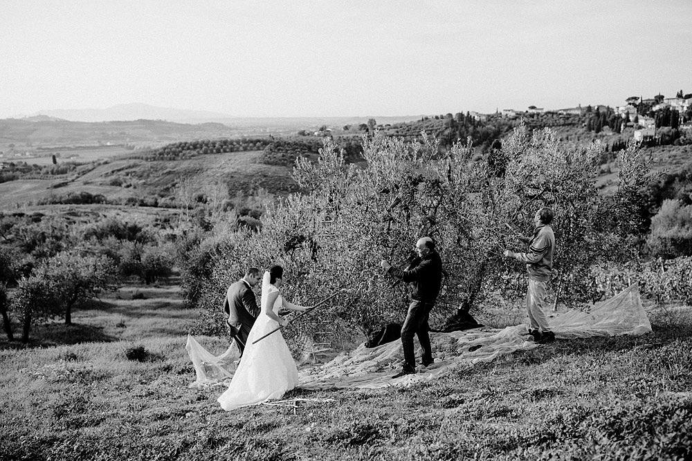 Matrimonio in Toscana ispirato alla natura con tocchi di rosso e bianco :: Luxury wedding photography - 36