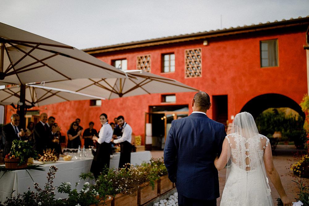 Matrimonio in Toscana ispirato alla natura con tocchi di rosso e bianco :: Luxury wedding photography - 40