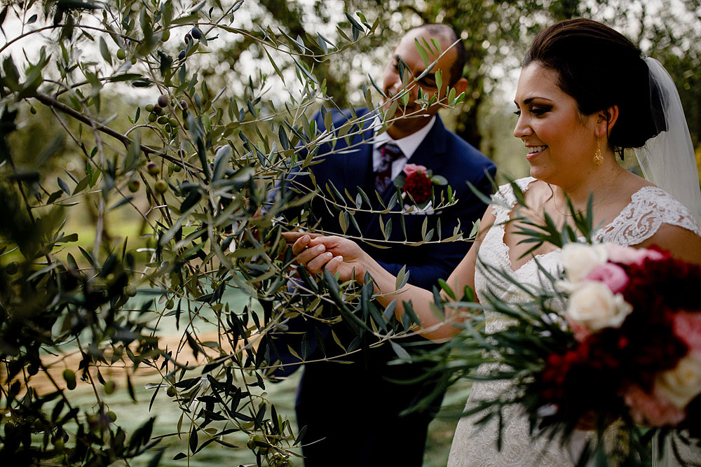 Wedding in Tuscany inspired by nature with touches of red and white :: Luxury wedding photography - 30