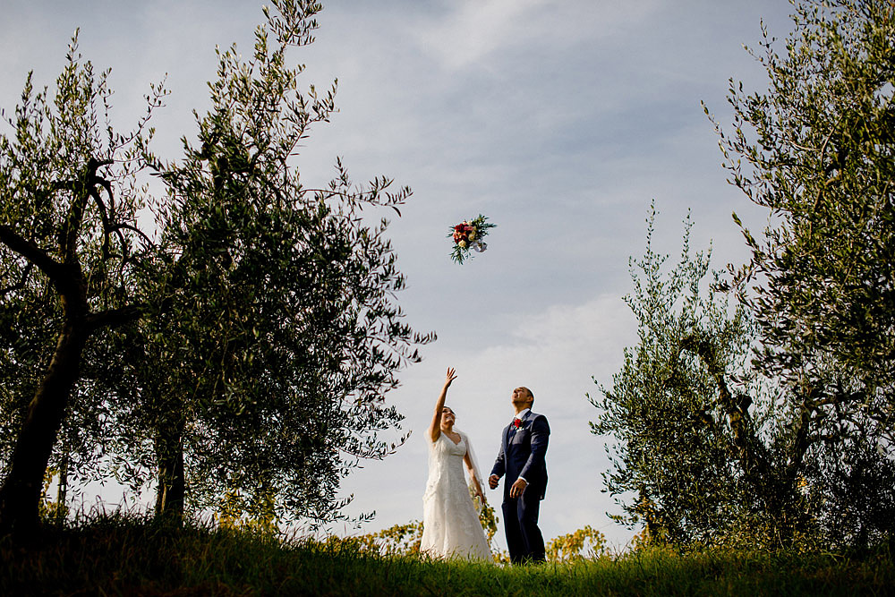 Wedding in Tuscany inspired by nature with touches of red and white :: Luxury wedding photography - 34